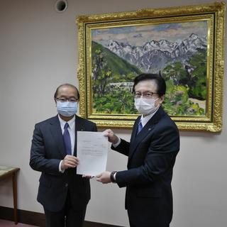 中小企業の支援強化や医療従事者の労働環境整備など富山県より回答書手交